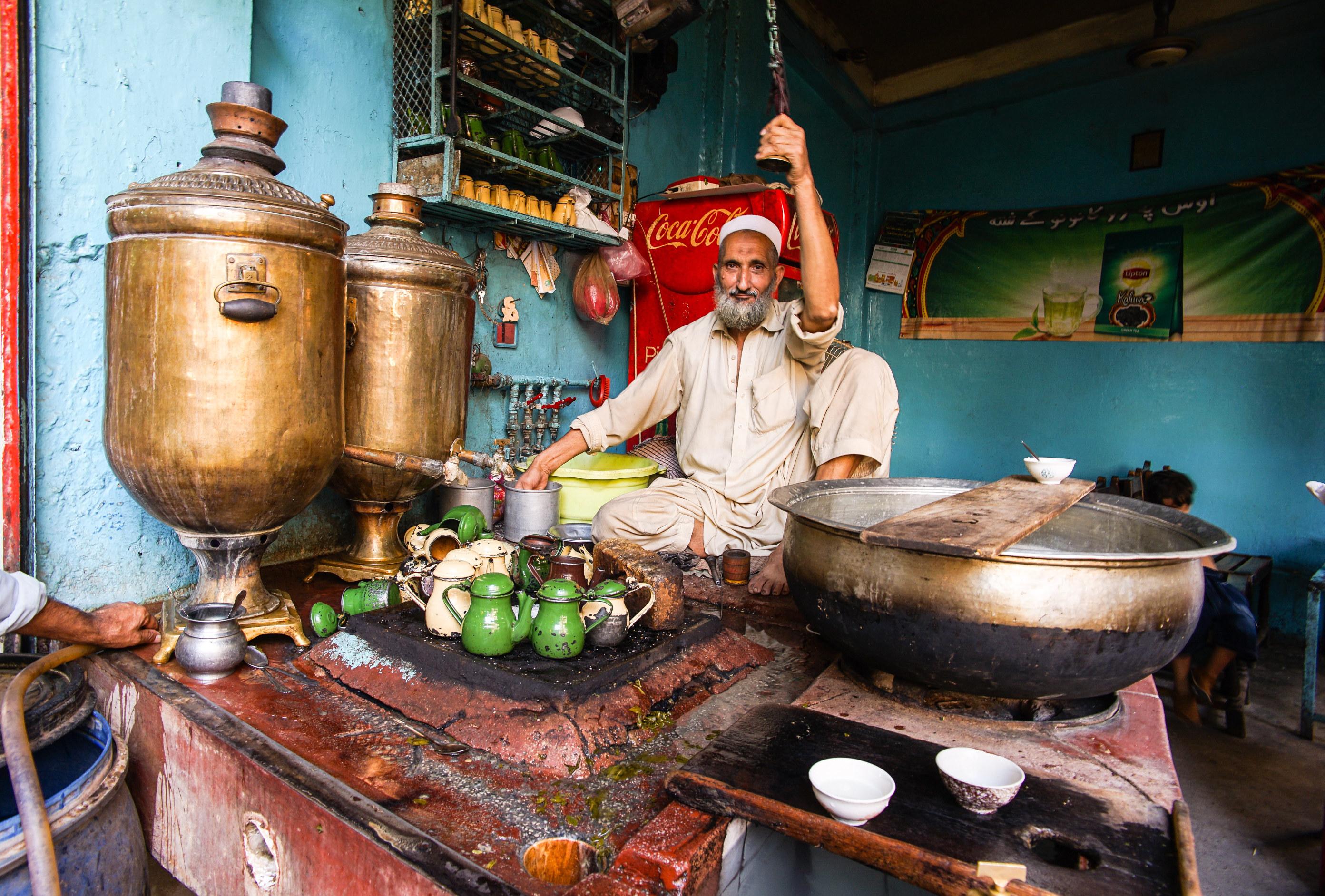 Teeverkäufer auf dem Markt in Peshawar in Pakistan, ©  Eckhard Gollnow